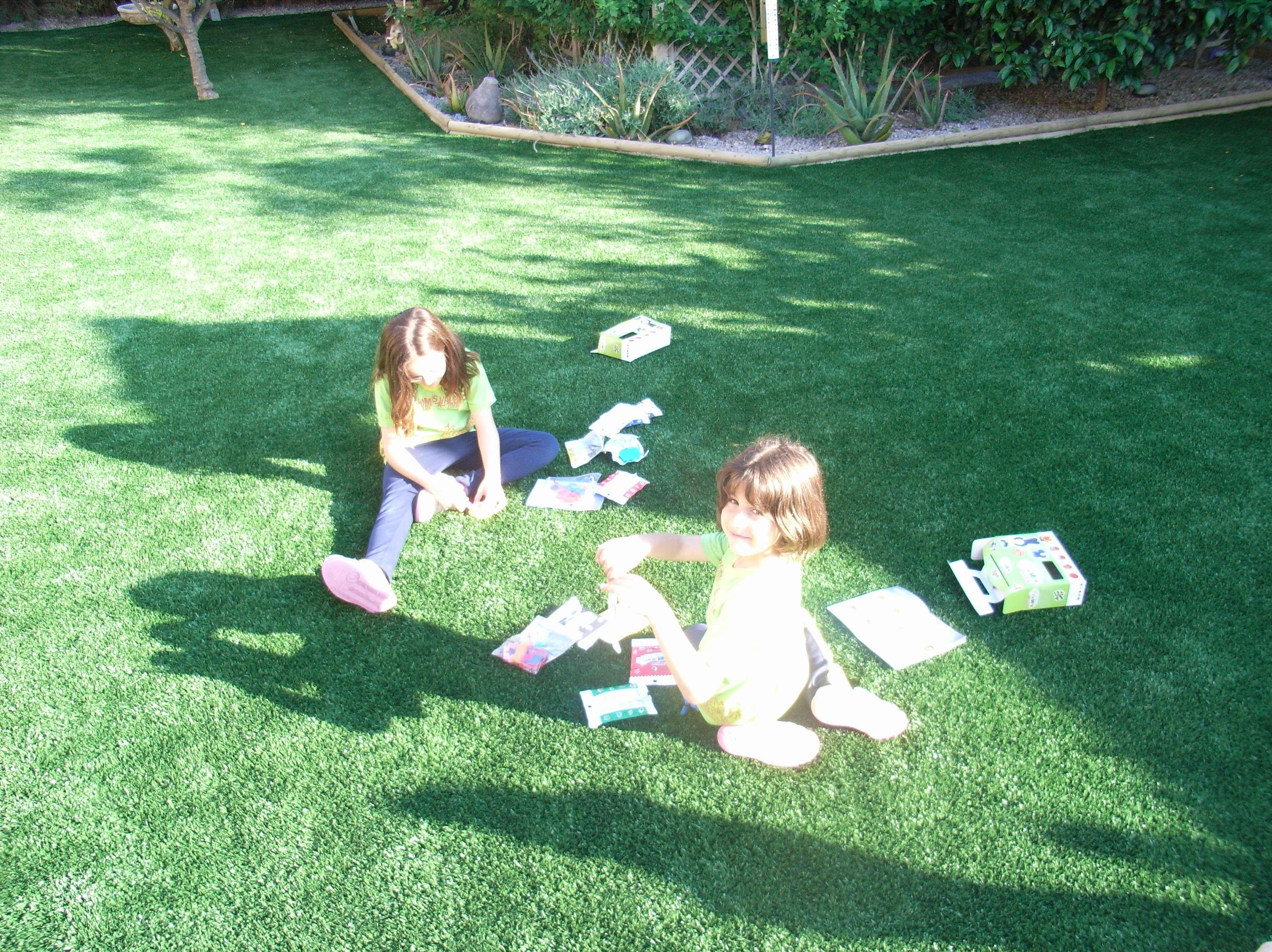 Disfrutando de la tarde en el jardín con césped artificial
