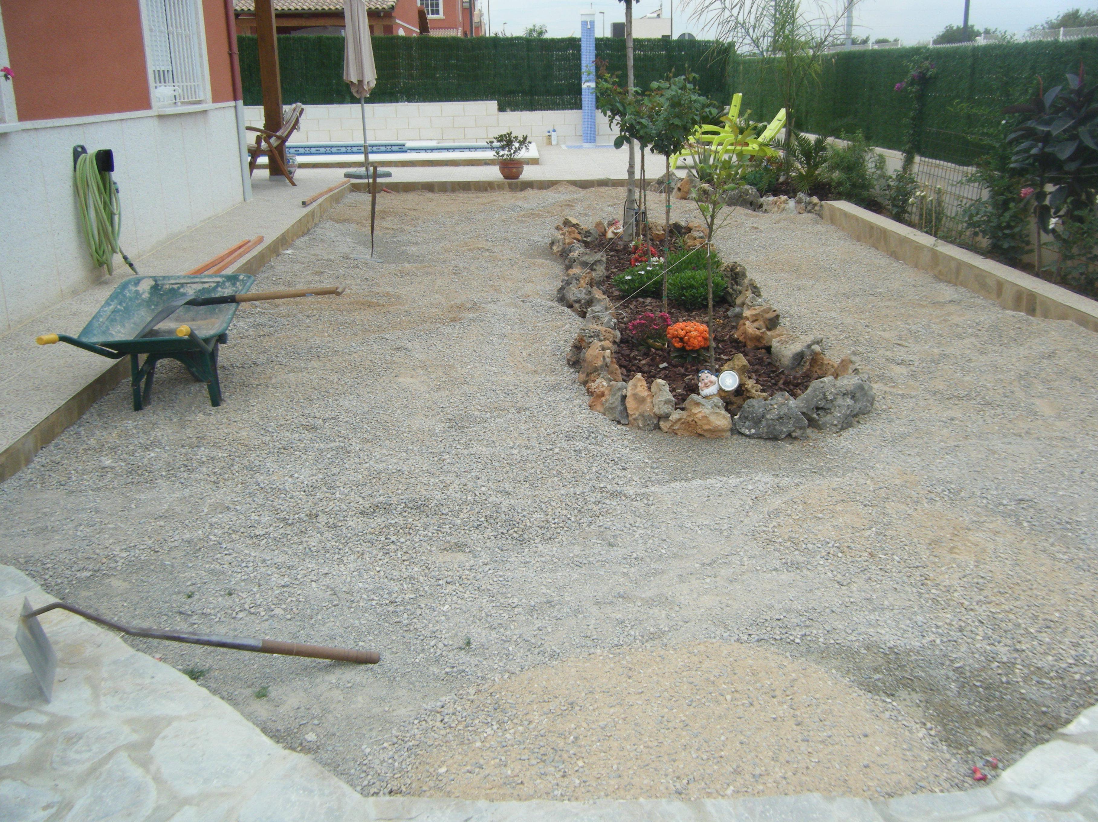 Proyecto Ches Pa en jardín particular con césped artificial. ANTES.