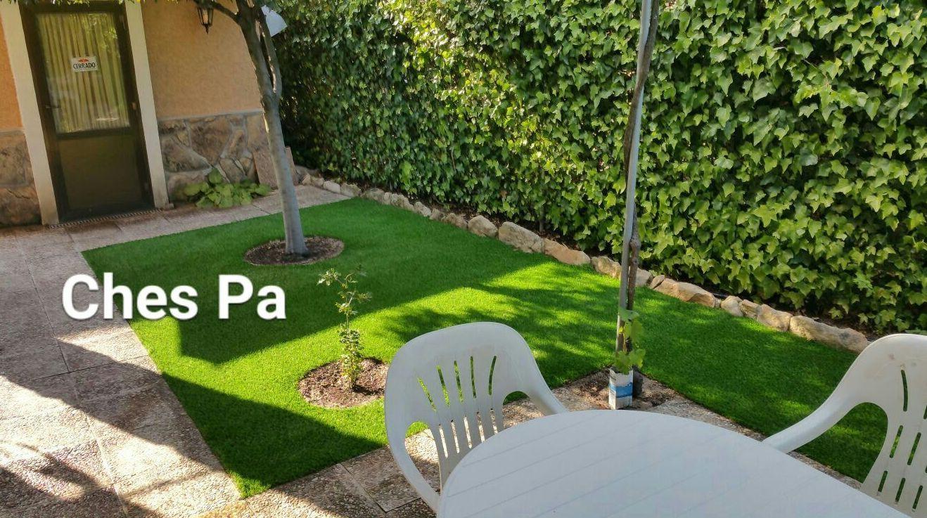 Proyecto paisajismo en jardín particular con césped artificial