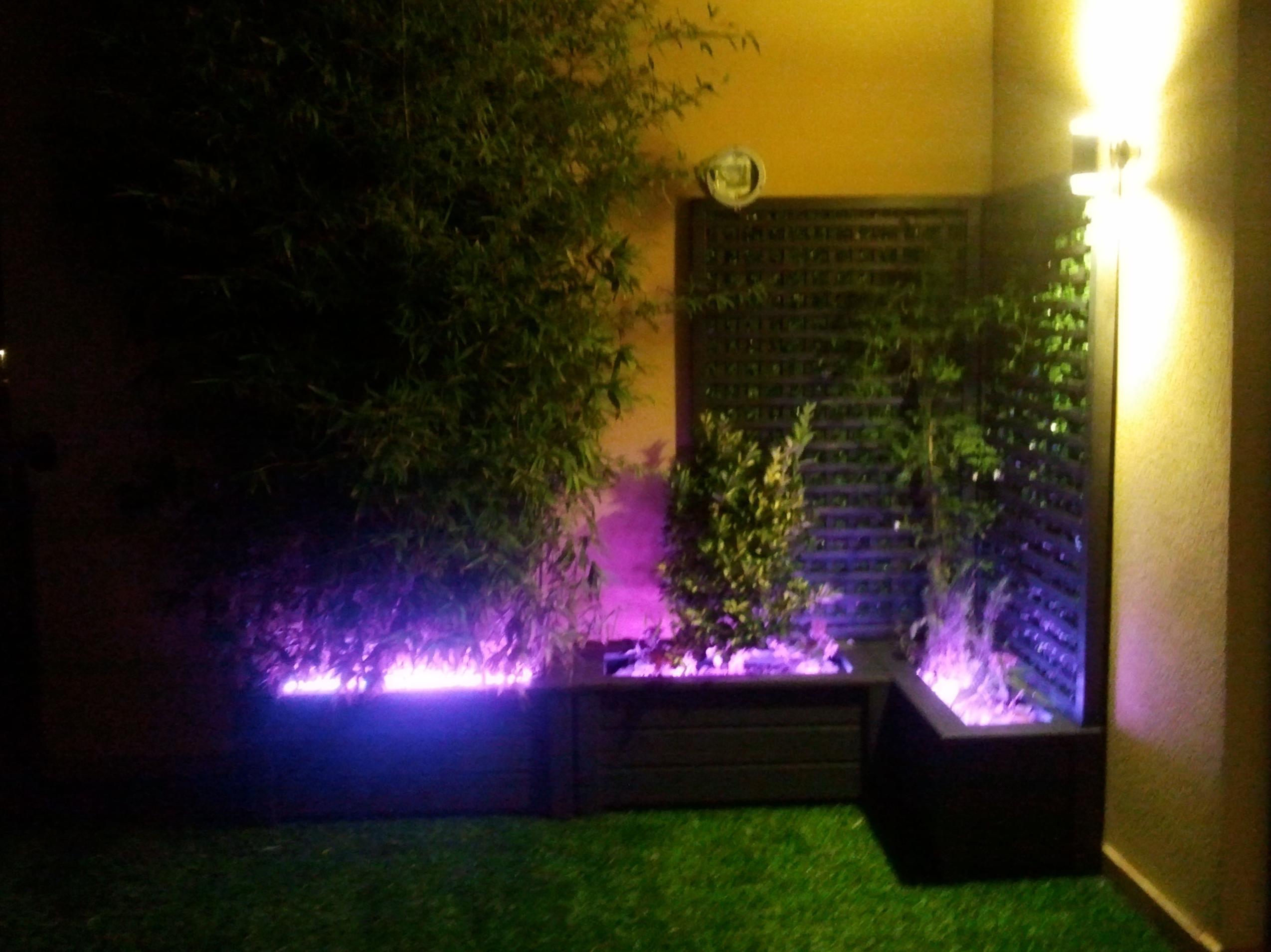 Proyecto Ches Pa en Ático con césped artificial y jardineras madera