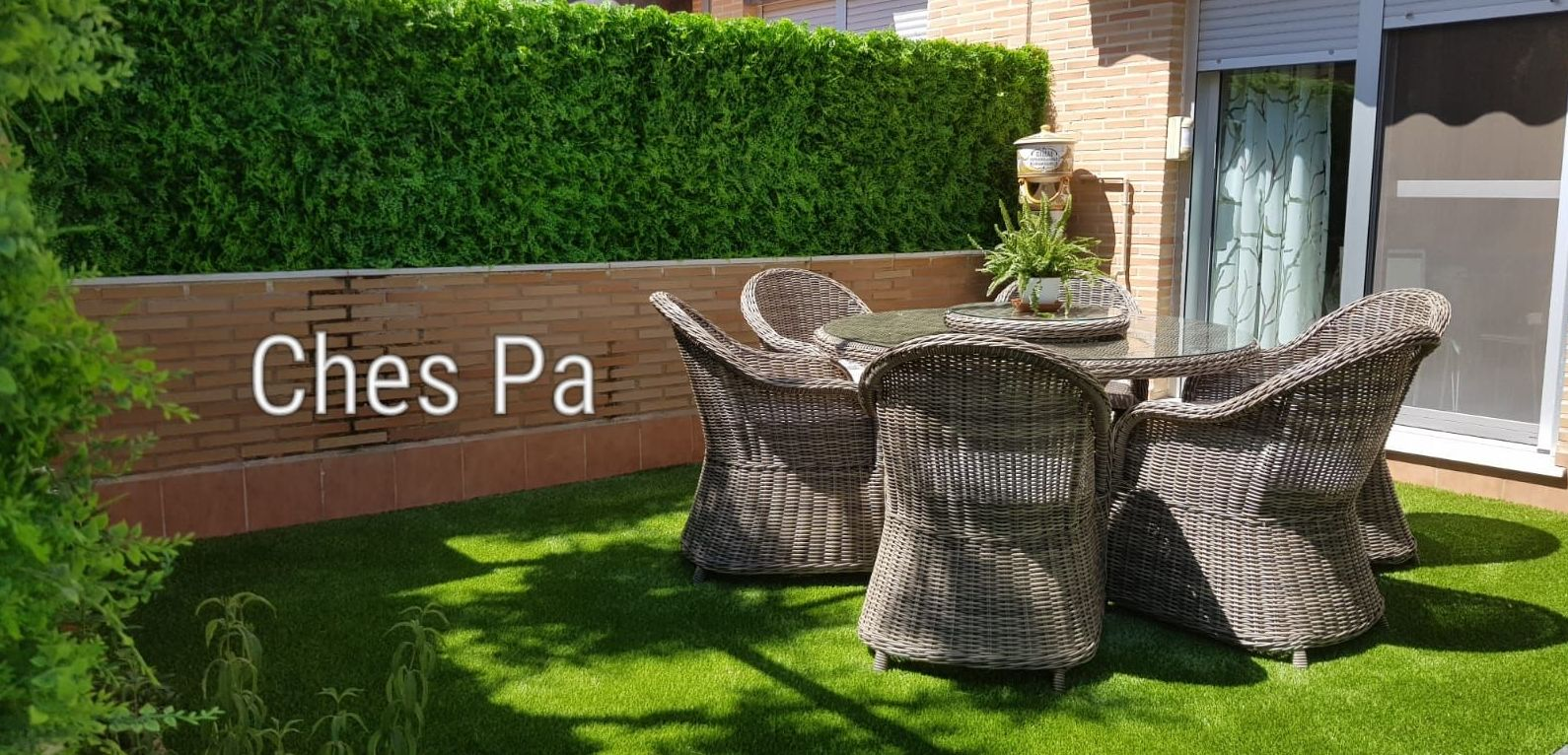 Proyecto integral con jardin vertical y césped artificial tratado UV para exterior