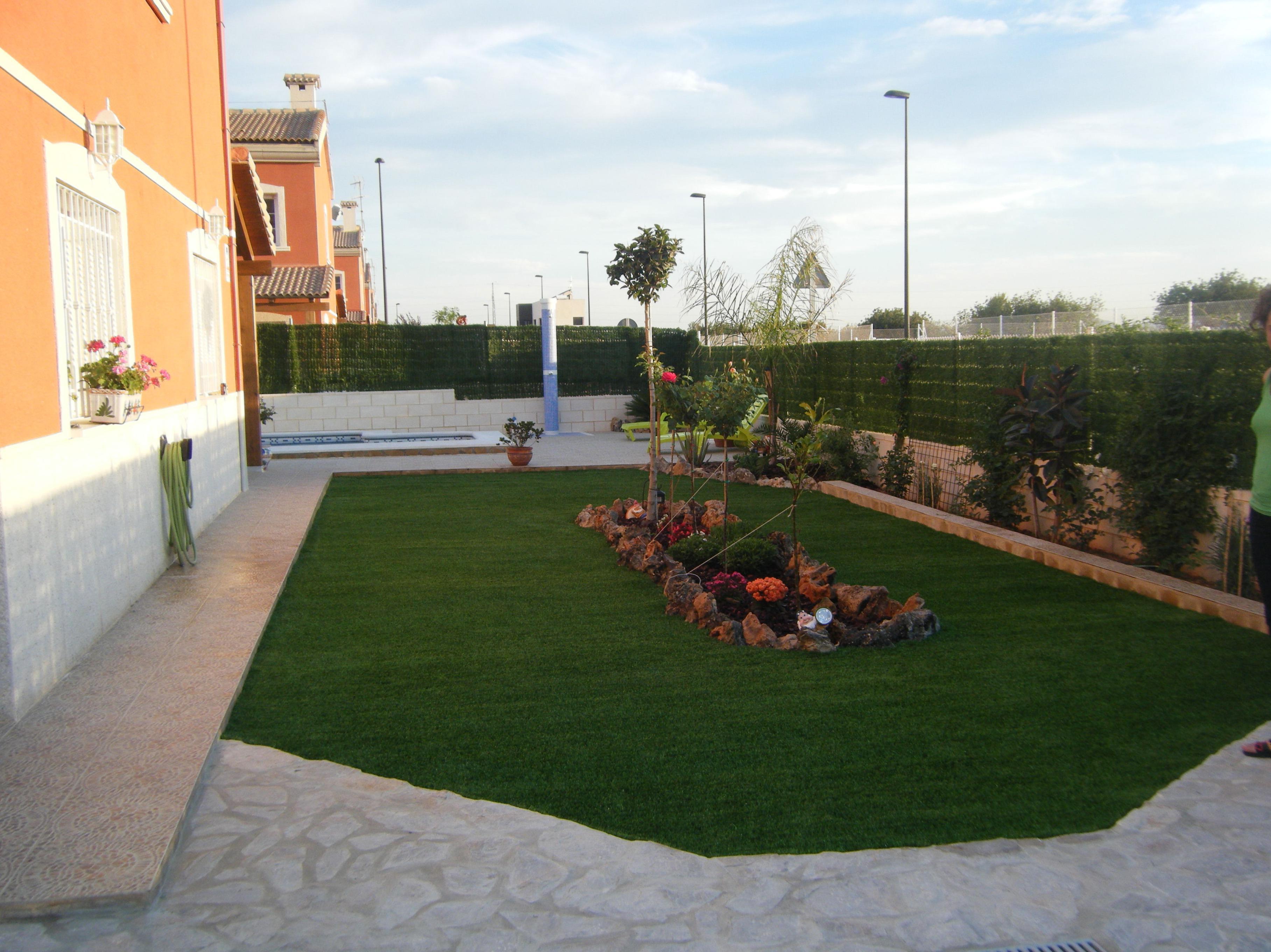 Proyecto Ches Pa en jardín particular con césped artificial. DESPUÉS.