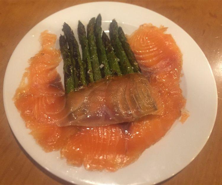 Espárragos verdes con salmón marinado en Segovia
