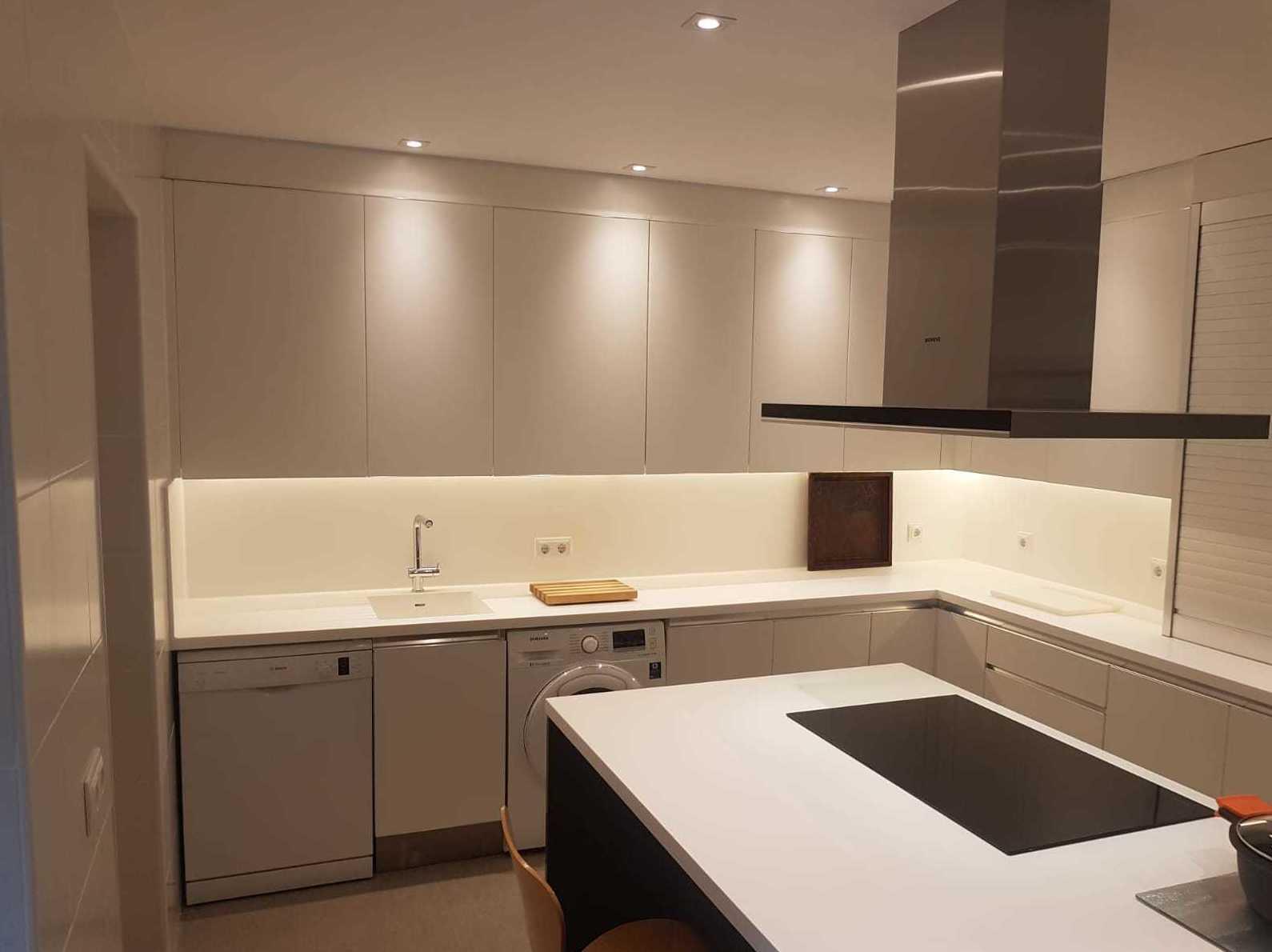 cocinas de diseño limpio y espacioso