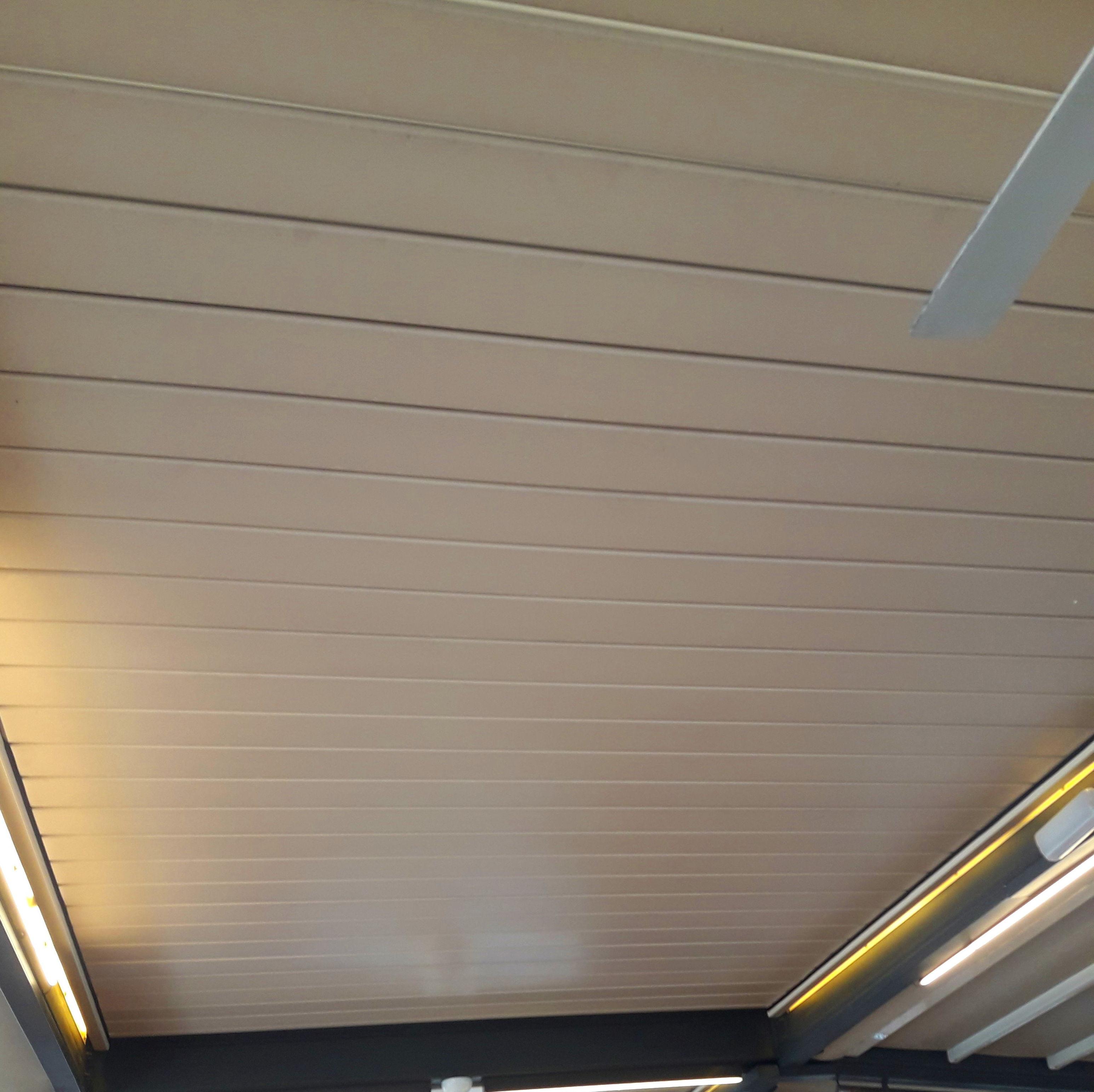 Falso techo aluminio para interiores servicios de canaltom for Lamas aluminio techo