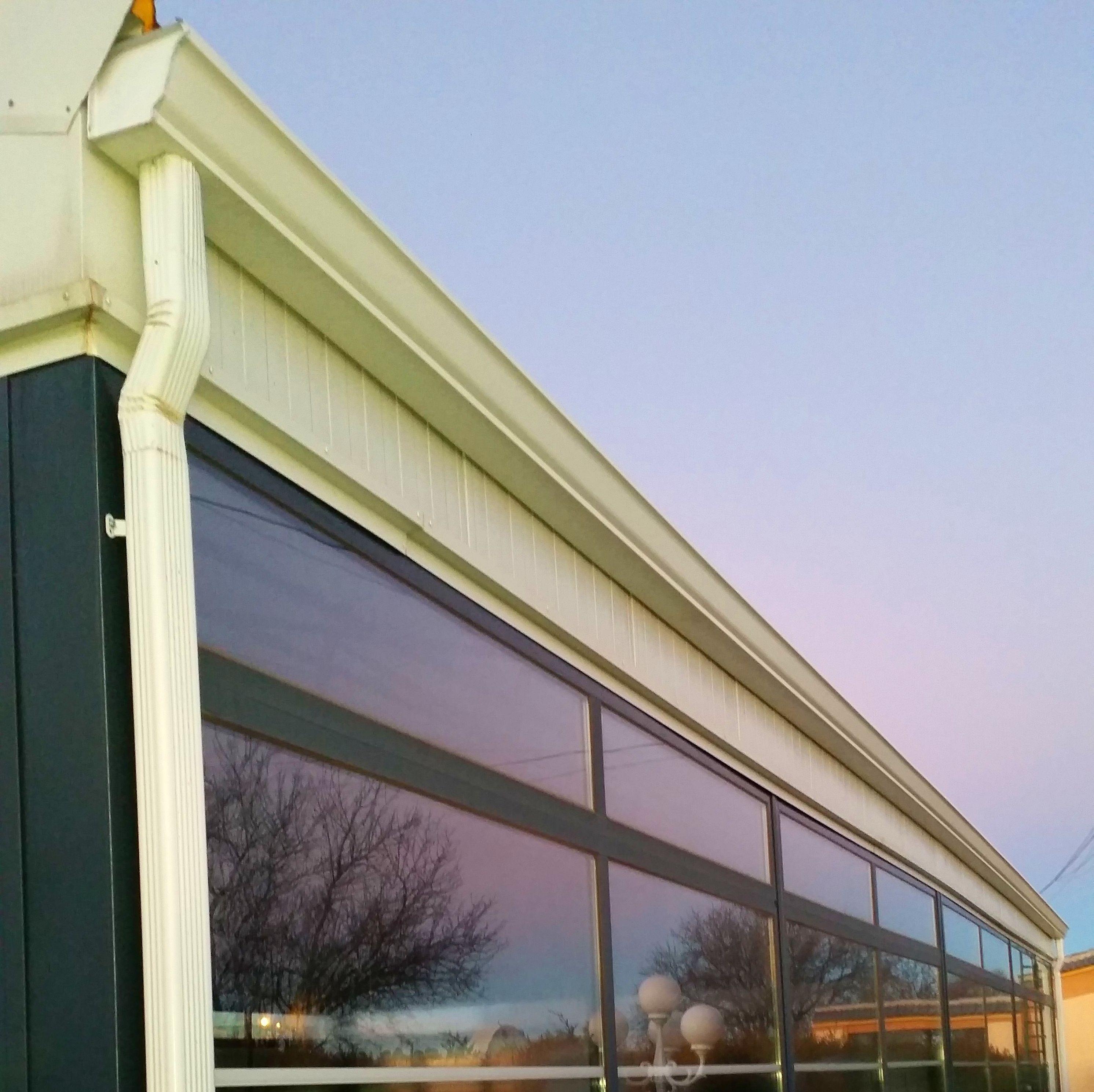 Canalón de aluminio atornillado a panel sandwich de fachada