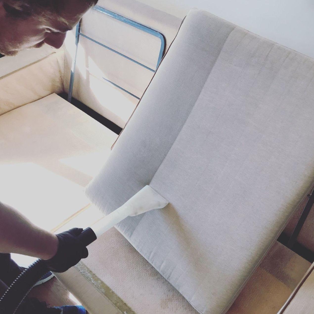 Limpiando un sofa, MARCANDO LA DIFERENCIA..
