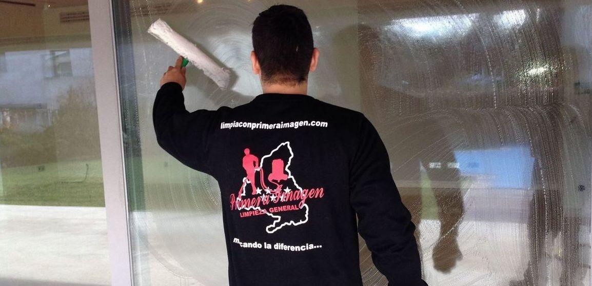 Limpieza de cristales y persianas en viviendas: Servicios de Primera Imagen Limpiezas