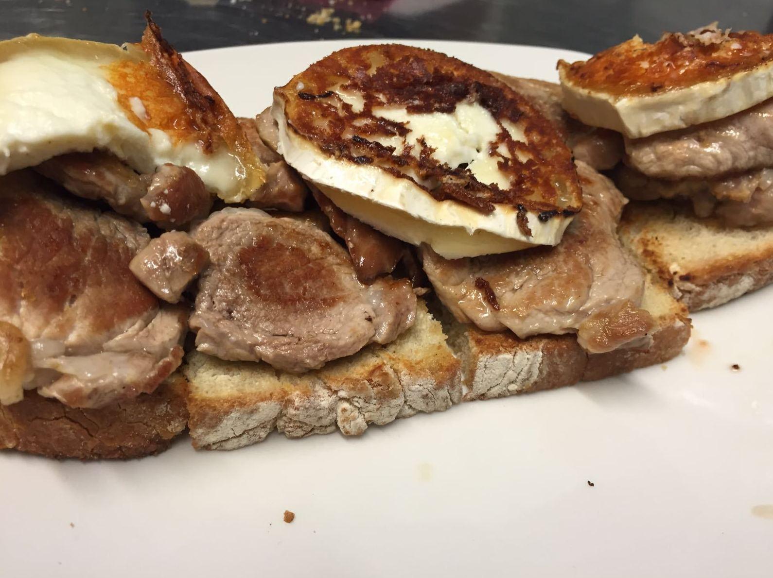 tosta de solomillo iberico con queso de cabra(carta)