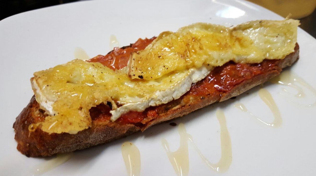 tosta de sobrasada mallorquina con queso brie y miel