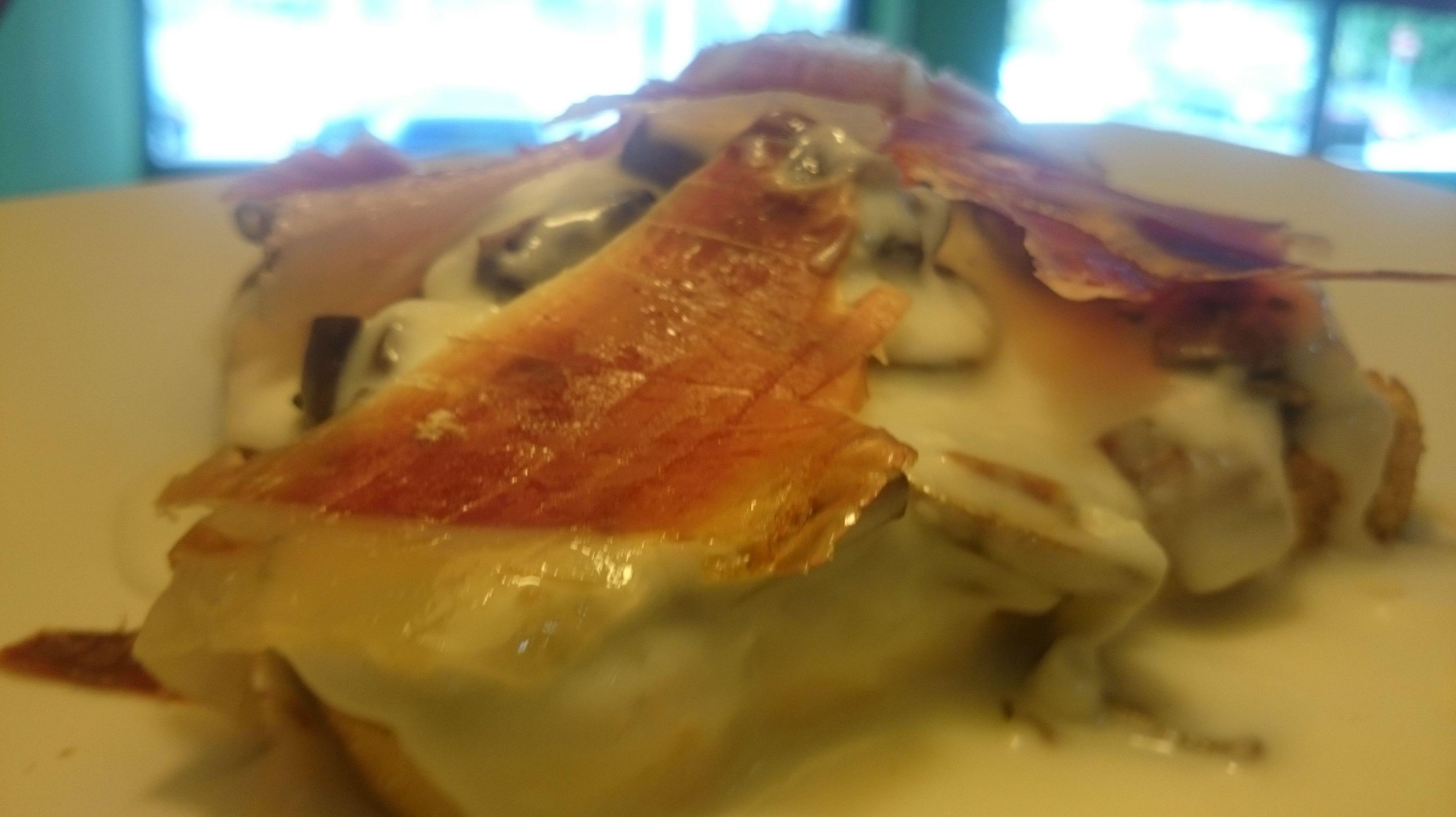 tosta de champiñones frescos con salsa bechamel y jamon