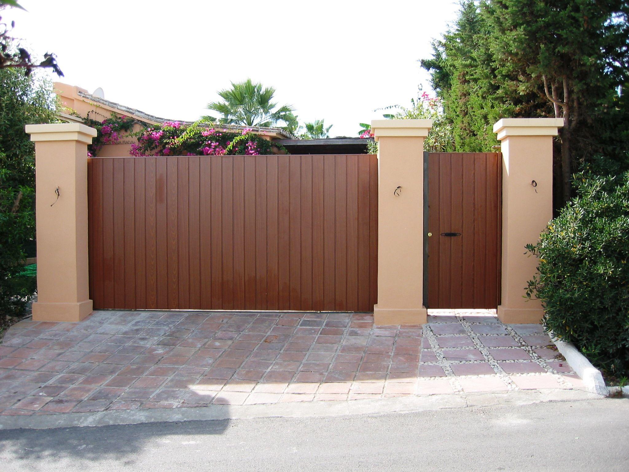 Puerta corredera y abatible de madera