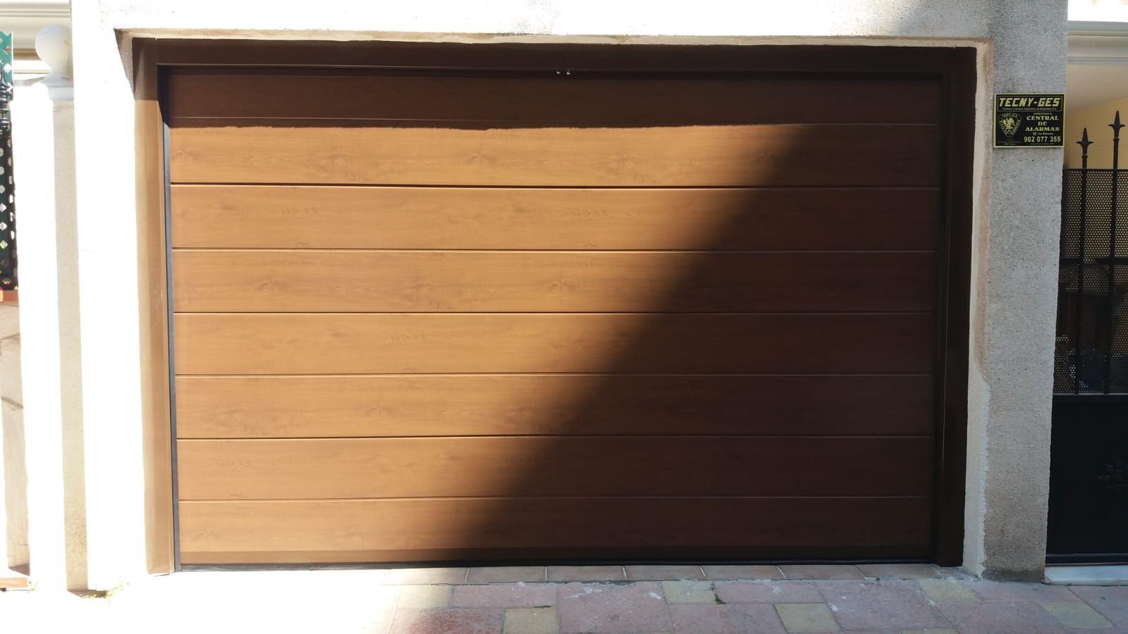 Puerta seccional unicanal de imitación madera