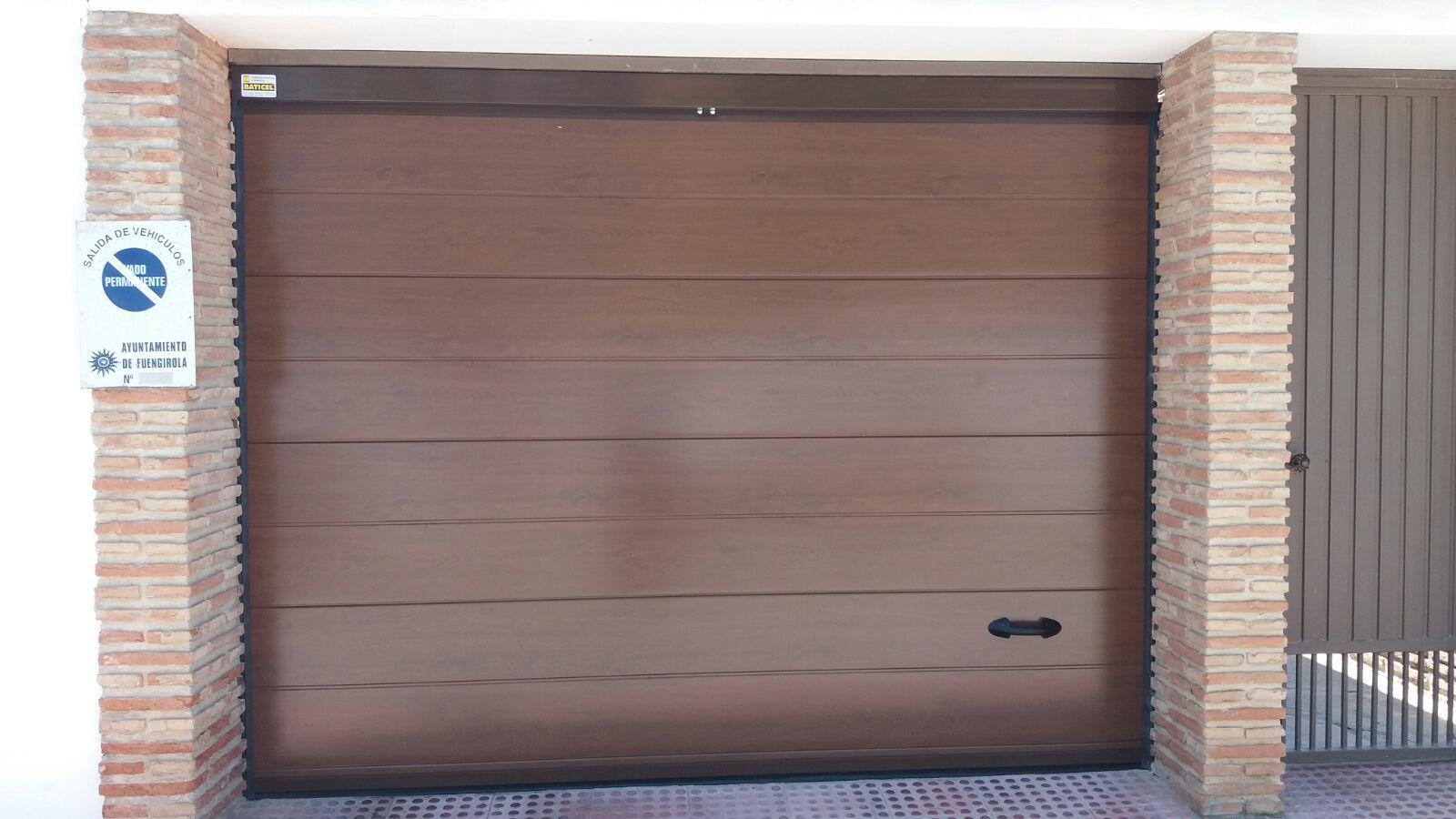 Puerta seccional de imitación madera