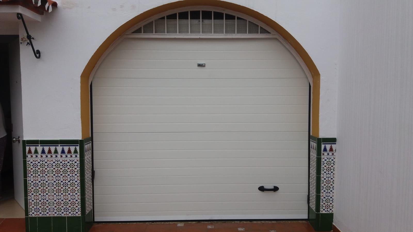 Puerta seccional con panel acanalado