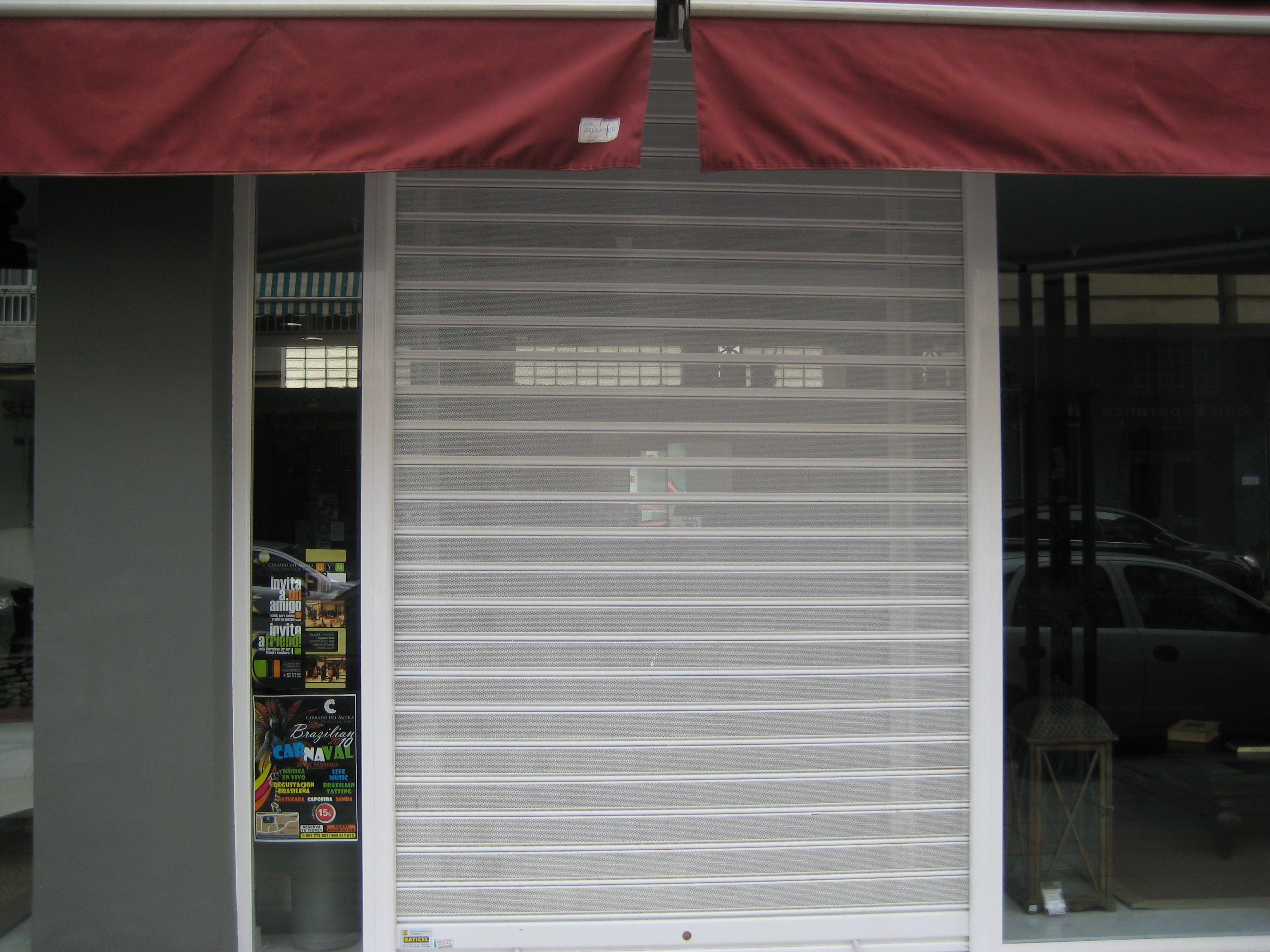 Puerta automática microperforada