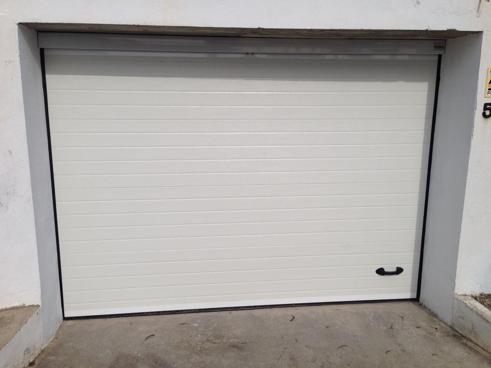 Puerta seccional panel acanalado en blanco