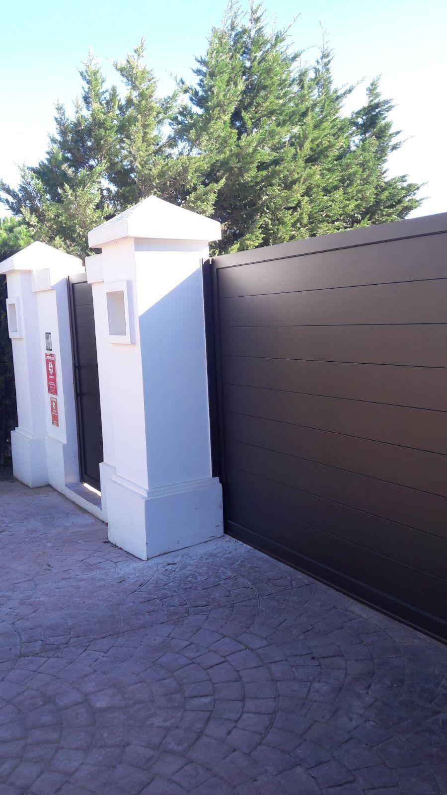 Puerta corredera de aluminio electrosoldado y acabado texturizado