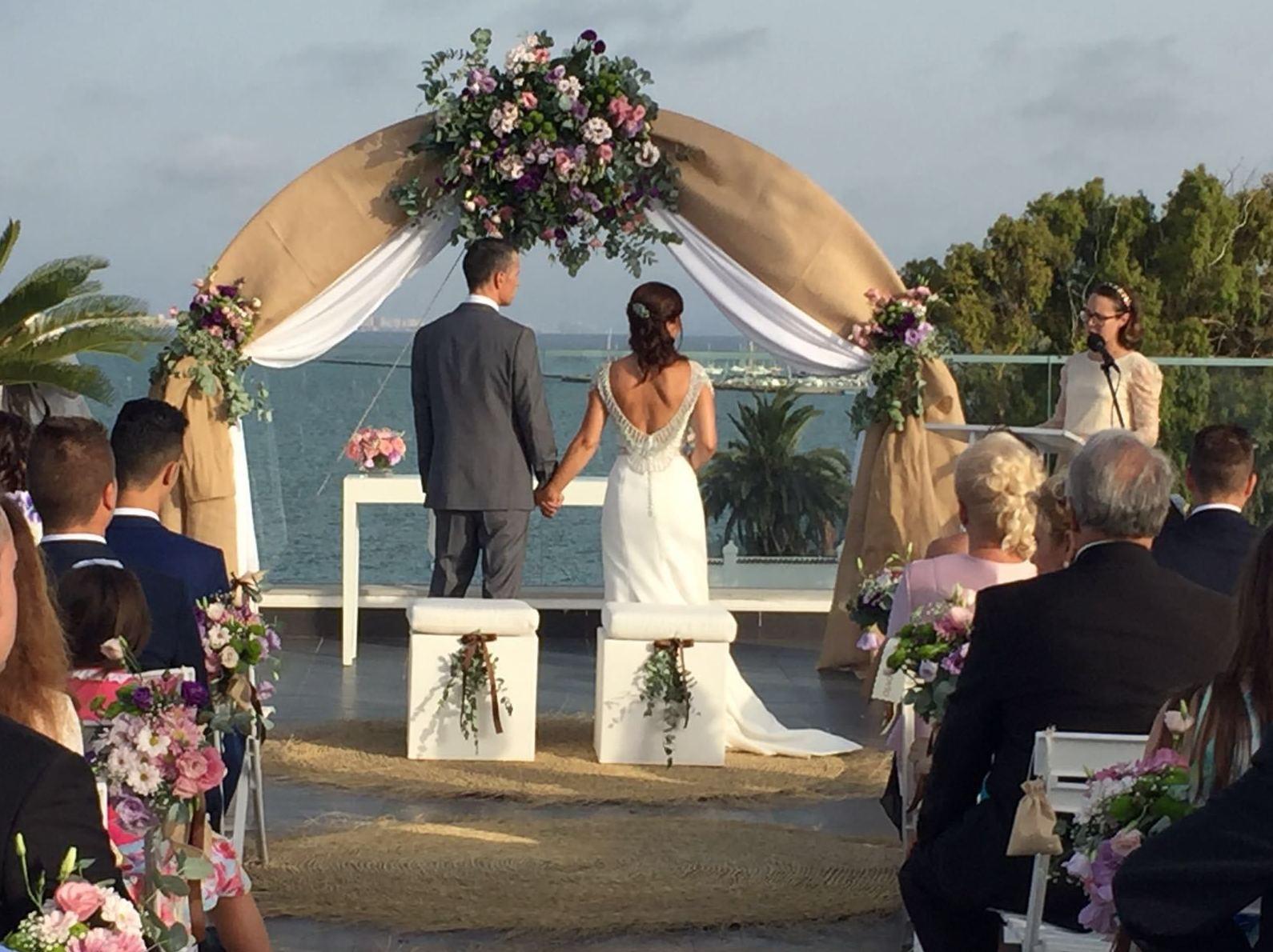 Ceremonia boda civil en la terraza del restaurante