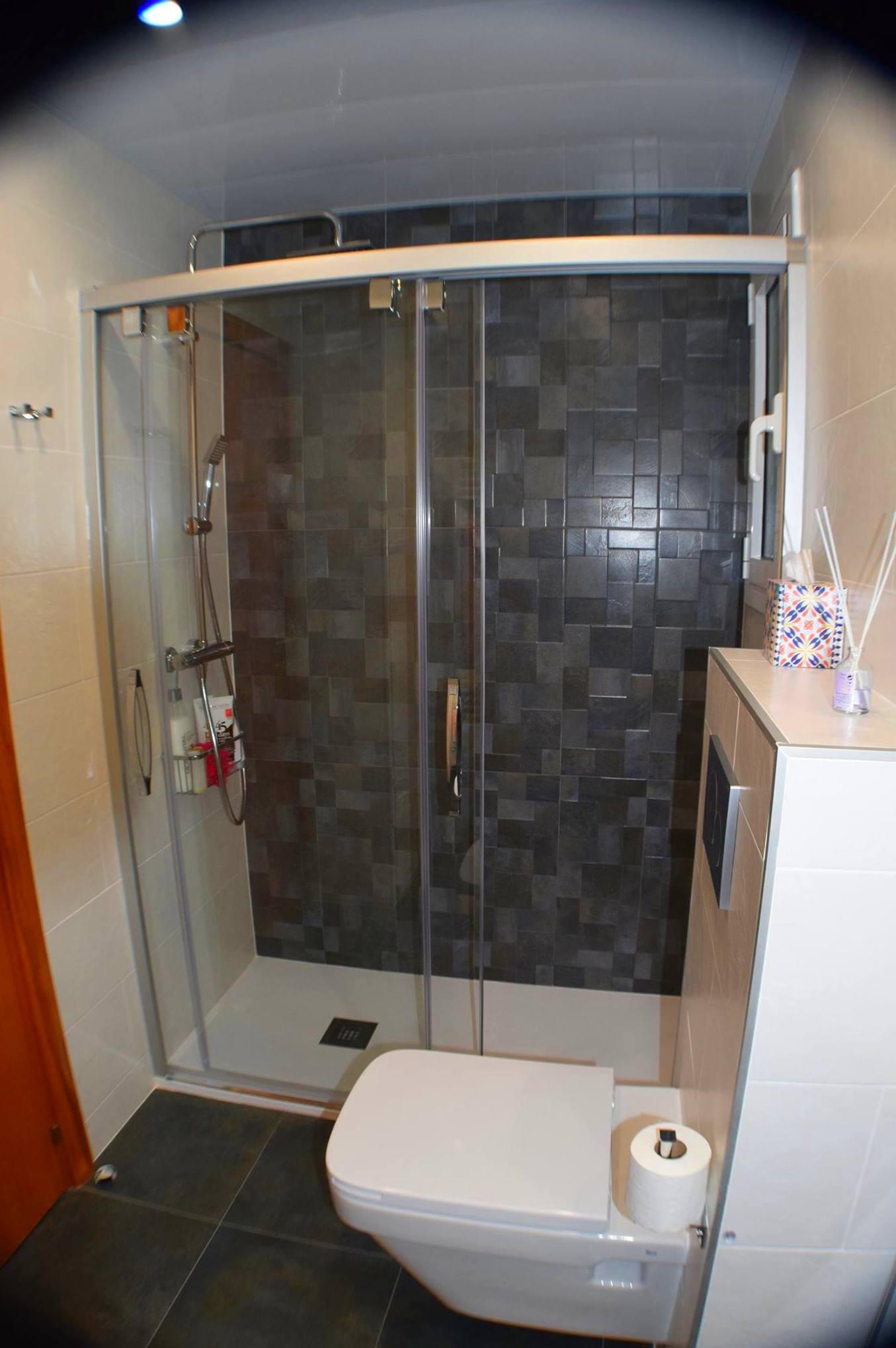 Reforma de baño. Mampara corredera de doble apertura.
