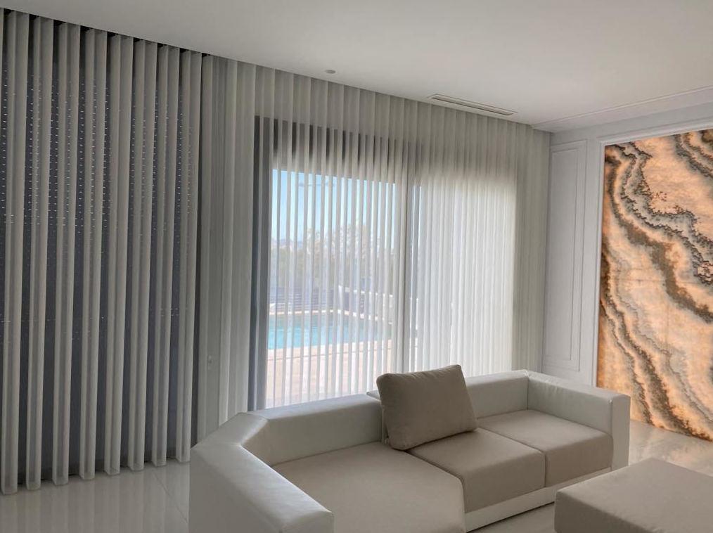 Cortina vertical decorativa. cortina más visillo todo en uno, total visibilidad o total intimidad con un solo movimiento de mando