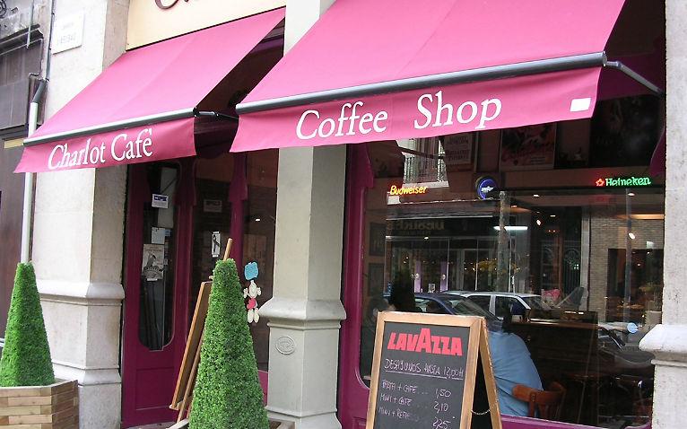 Toldo en terraza de cafetería
