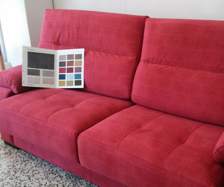 Sofás con distintos materiales y colores