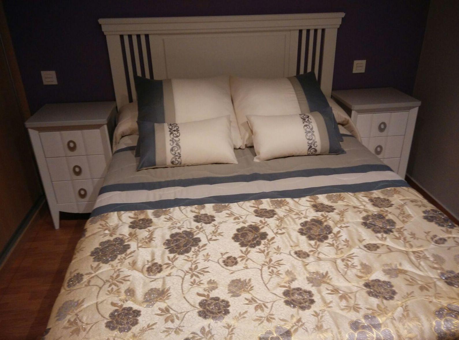 Dormitorio perla y blanco