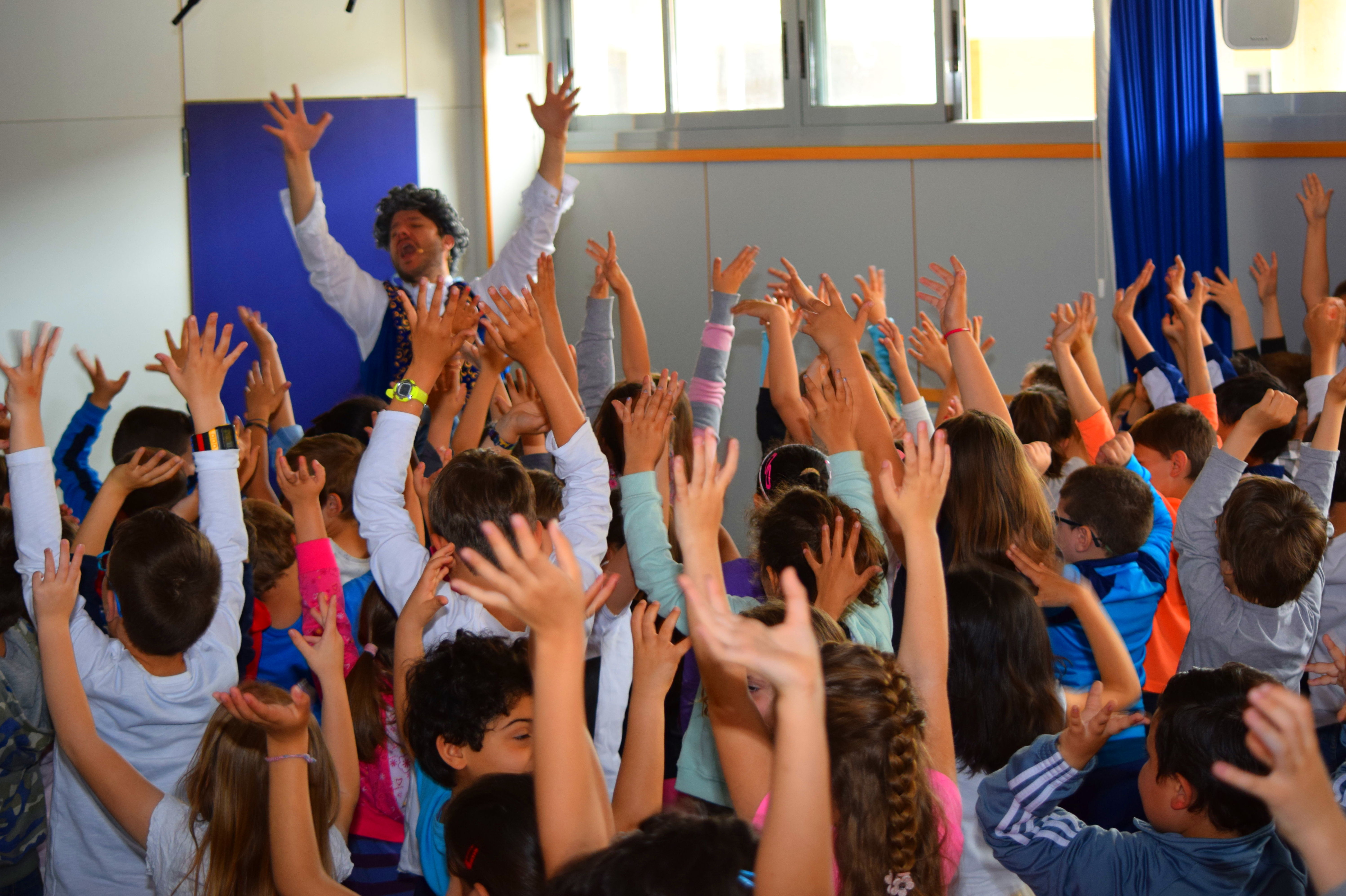 """Los alumnos bailando al ritmo del aria """"La donna è mobile"""" de la ópera Rigoletto de Verdi"""