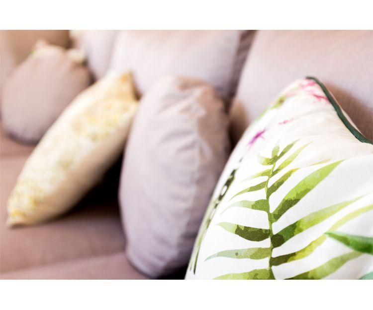 Amplia variedad de cojines para vestir tu sofá