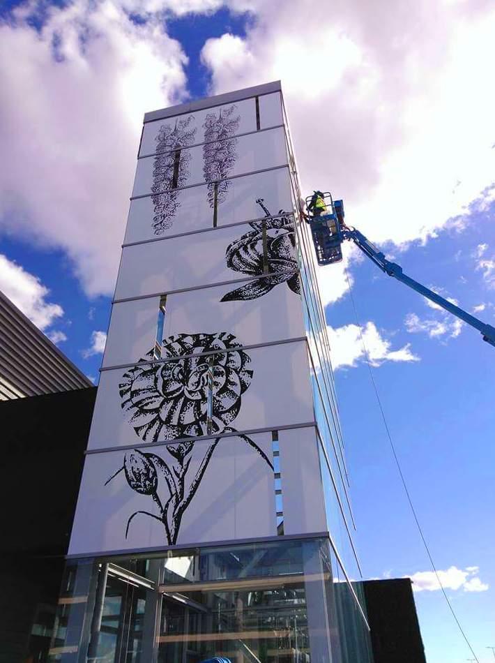 Retirada y aplicación de 200m2 de vinilo impreso en la fachada del Centro Comercial, ubicado en San Sebastián de los Reyes.