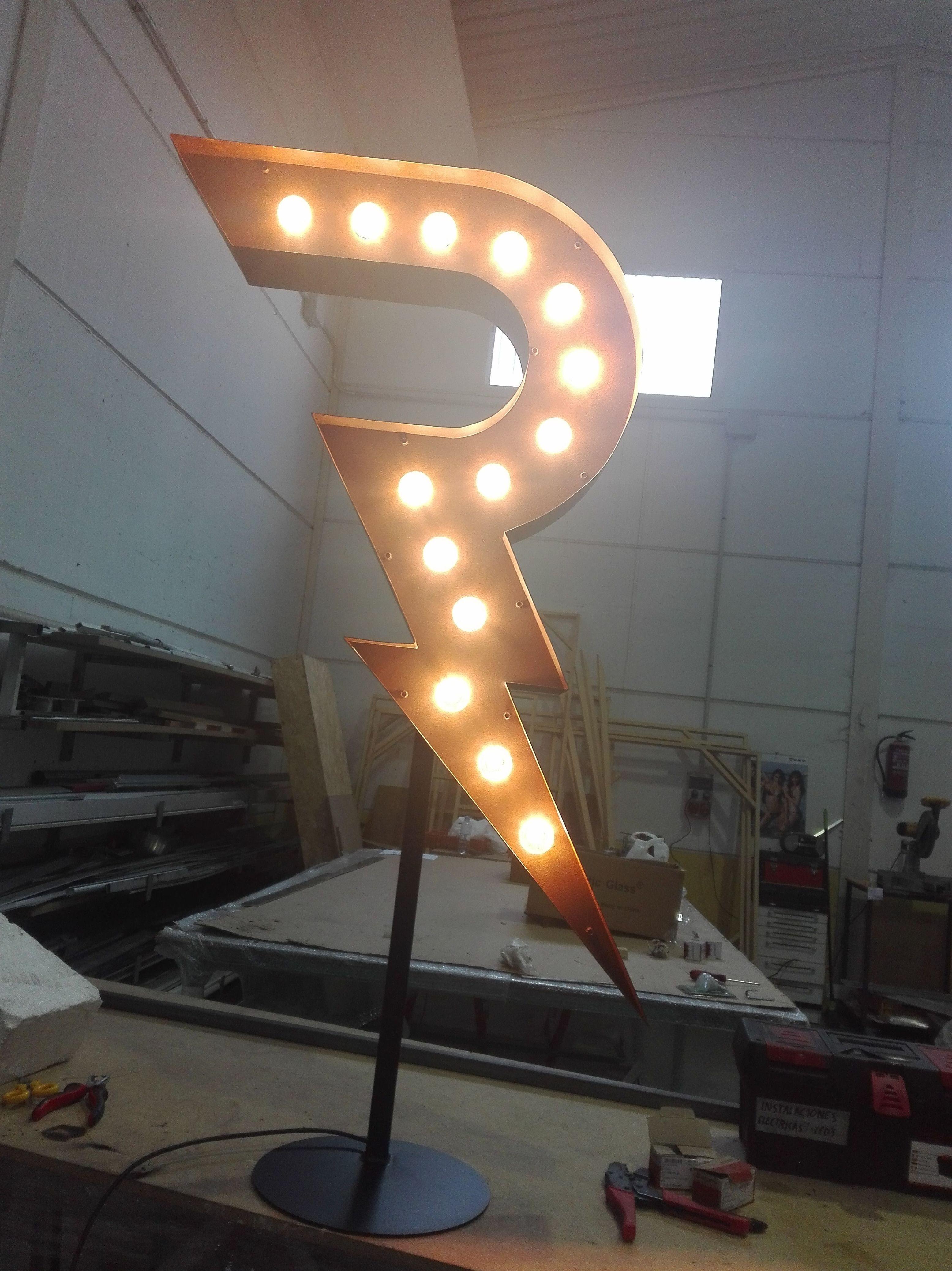 Fabricación de letra corpórea de aluminio con efecto vintage e iluminación de bombillas led.