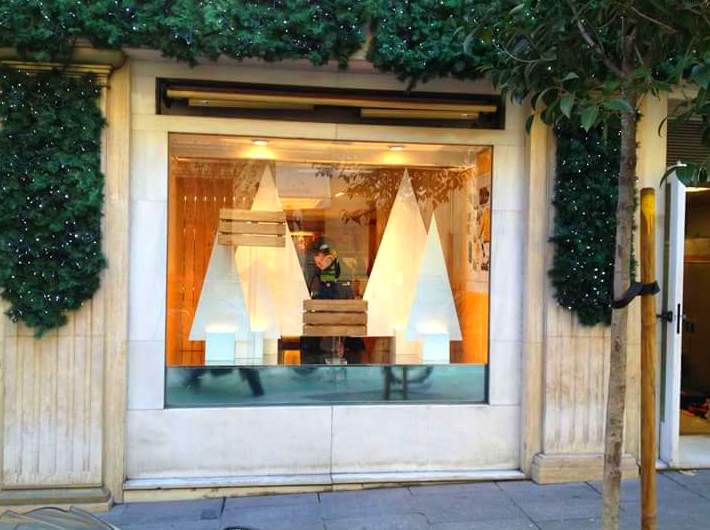 Fabricación, montaje y decoración en el escaparate de la pastelería Mallorca en la calle serrano, para la marca de champagnes veuve clicquot