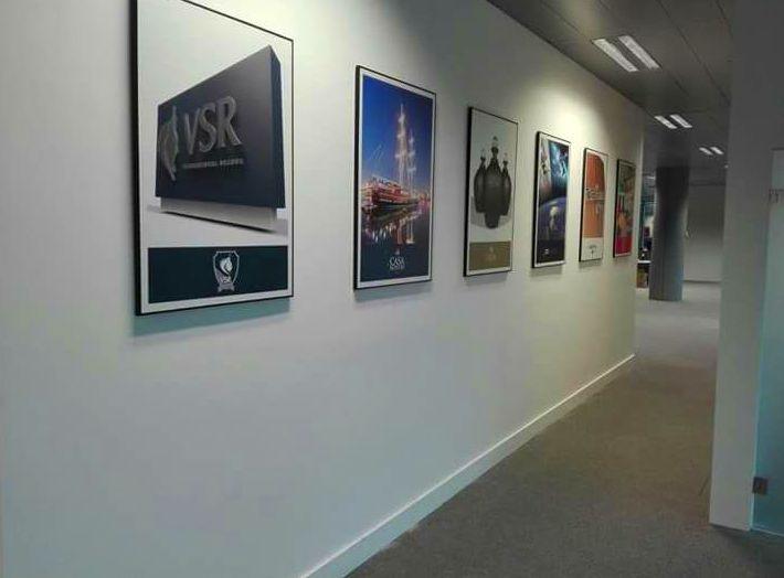 Decoración de oficinas en el parque empresarial de la Finca ubicado en Pozuelo de Alarcón, cuadros de perfil de aluminio en negro con impresión digital, laminado en mate sobre foam.
