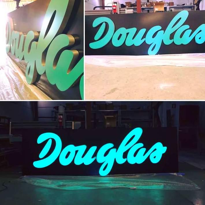 Seguimos con la fabricación de carteles luminosos para la franquicia de perfumes y cosméticos Douglas.