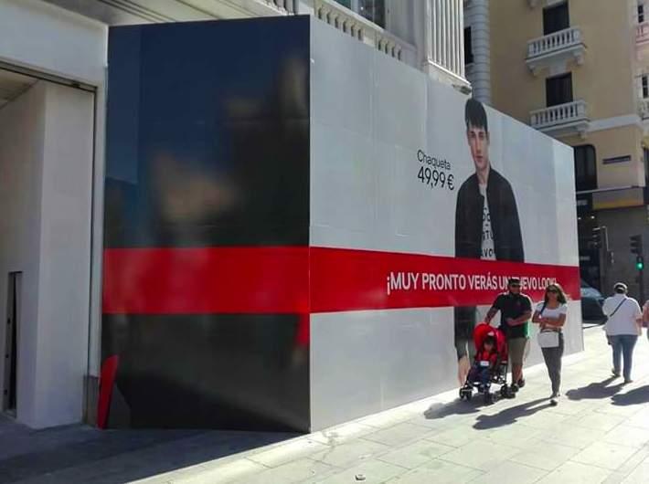 En Gran Vía, montaje y aplicación de vinilo, para la tienda de ropa H&M.