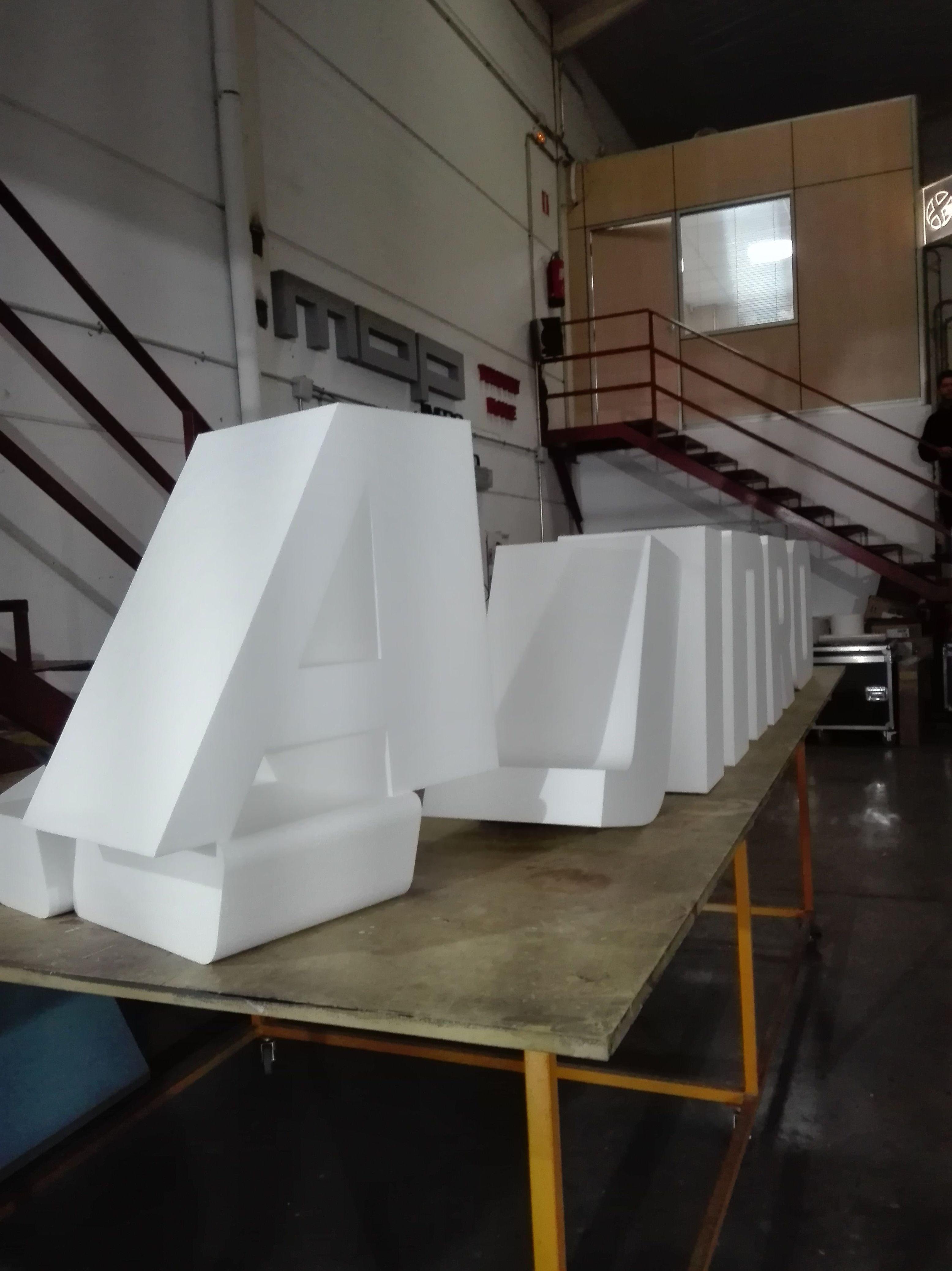 Fabricación de letras corpóreas en polespan.