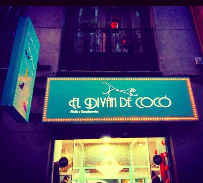 Después de un buen mantenimiento  el cartel sigue luciendo como el primer día de su fabricación, El Diván de Cocó moda y complementos vintage, ubicado en la Latina Madrid.