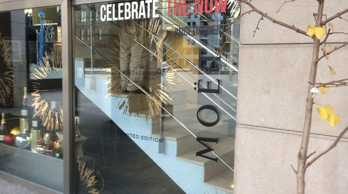 Fabricación y montaje, escaparate de madera y formica siguiendo la misma línea para la marca de Moët & Chandon, los técnicos han viajado a Burgos, para decorar otra tienda para la marca de champagne.moët navidad 2016.