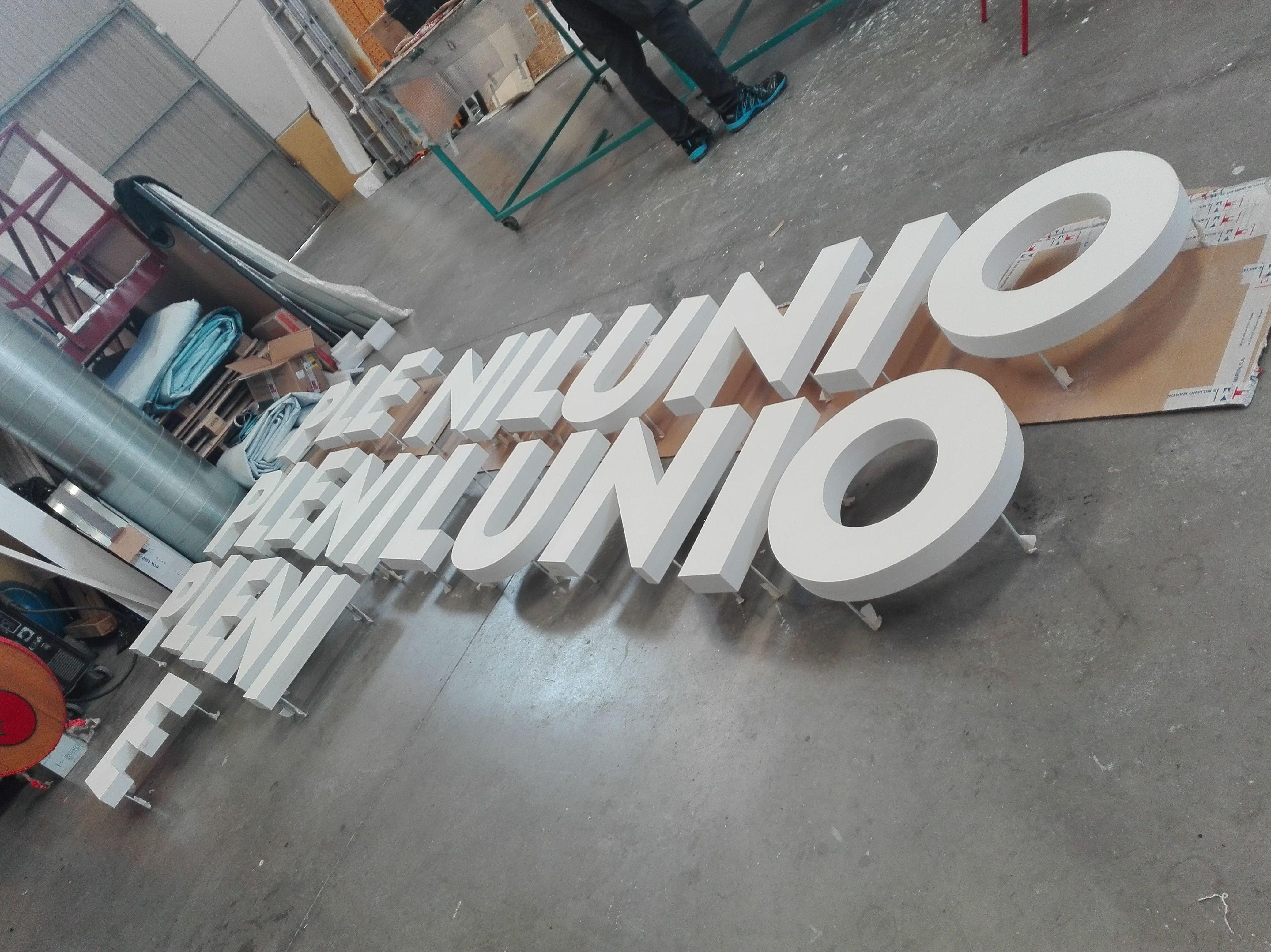 Fabricación y montaje de letras corpóreas retro iluminadas para el centro comercial Plenilunio Comunidad de Madrid.