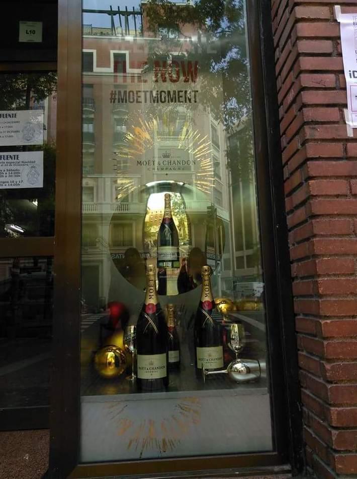 Fabricación y decoración del mueble para la marca de champagne Moët Chandon, en la calle luchana # 28 en el centro de Madrid.