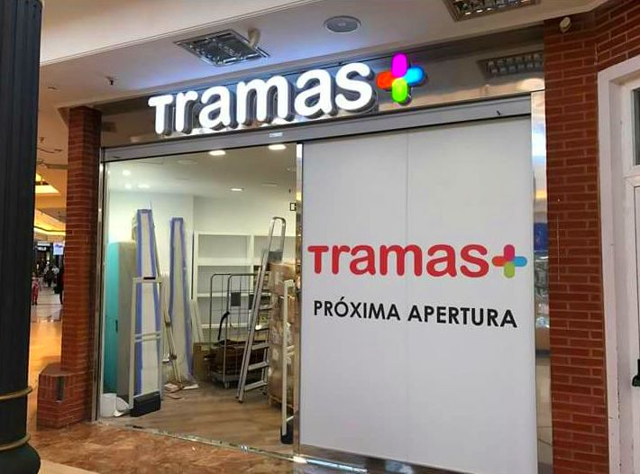 Aplicación de vinilo de próxima apertura de la tienda tramas en parque corredor, ubicado en Torrejón de Ardoz.