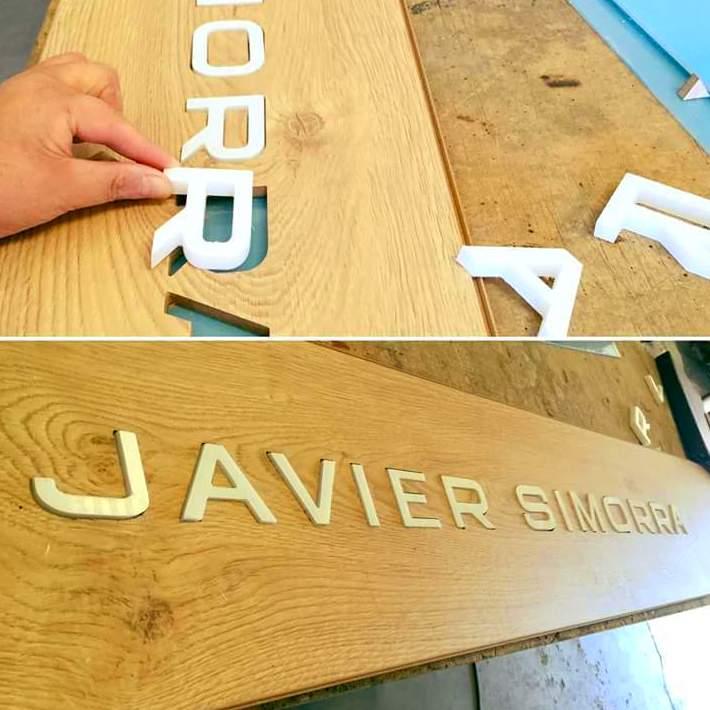 Fabricación de letras corporas en metacrilato y madera para la franquicia Javier Simorra, en la ciudad de Barcelona. .