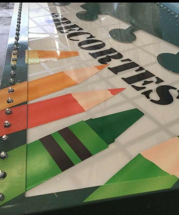 Hemos terminado con la fabricación y luego el montaje de la banderola y cártel luminoso, con el perímetro de puntos led, para la Papelería Recortes; ubicado en Seseña Castilla la Mancha.