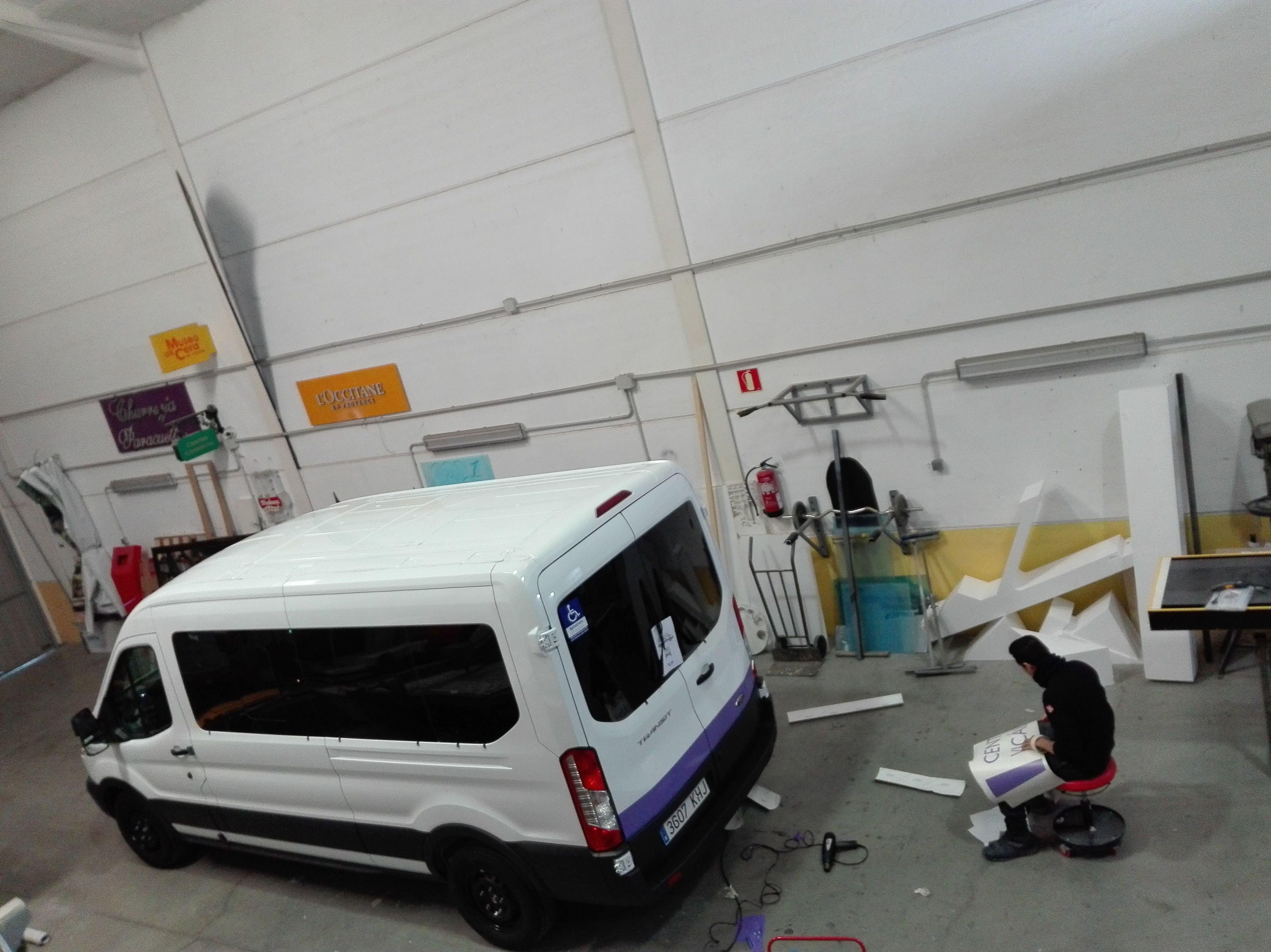 Rotulación de furgoneta para el Centro de mayores Día Vicálvaro ayuntamiento de Madrid.