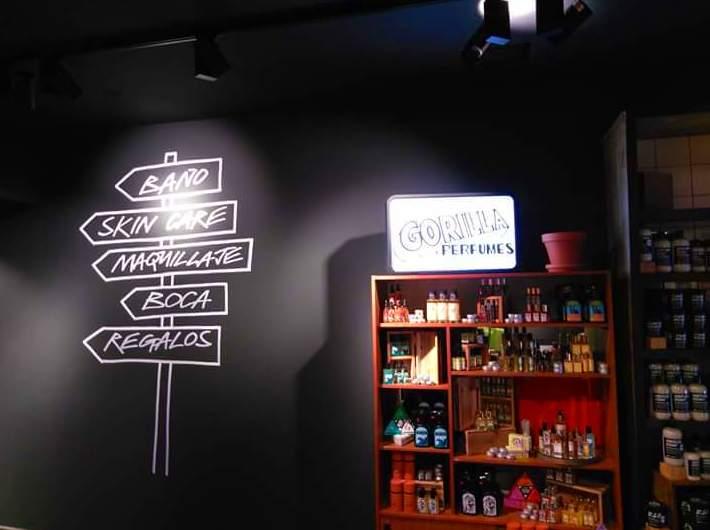 Este fue el resultado montaje, letras corpóreas opacas y luminosas para la franquicia de cosméticos LUSH, en la c/. Fuencarral Madrid.