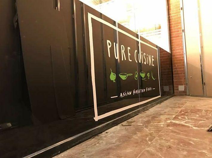 Fabricación Montaje y Decoración de la franquicia comida china pure cuisine ubicado en El Centro Comercial, parque corredor Torrejón de Ardoz, aplicación de vinilo, rótulos led, rótulos luminosos y letras corpóreas.