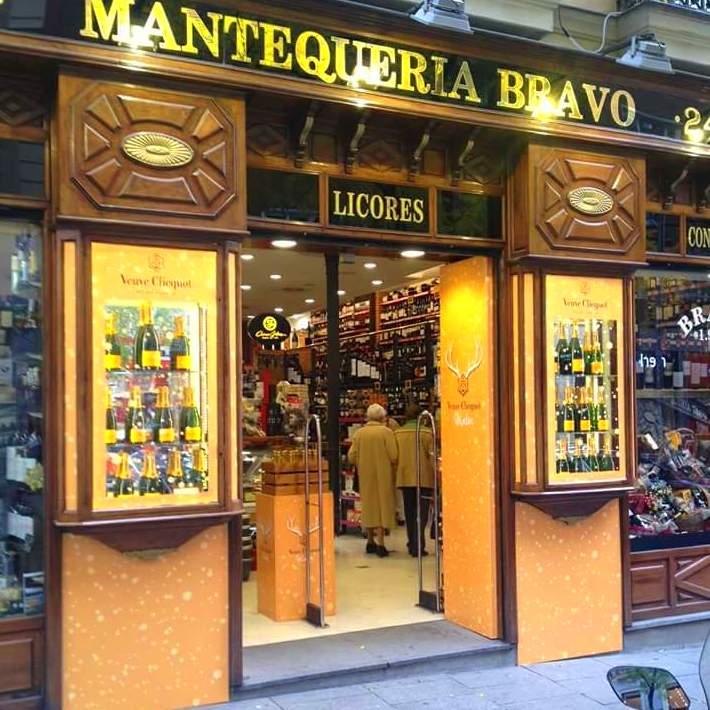 Escaparate decorado para la marca de champagne Veuve Clicquot, en la tienda de licores, Mantequeria Bravo en el centro de Madrid.