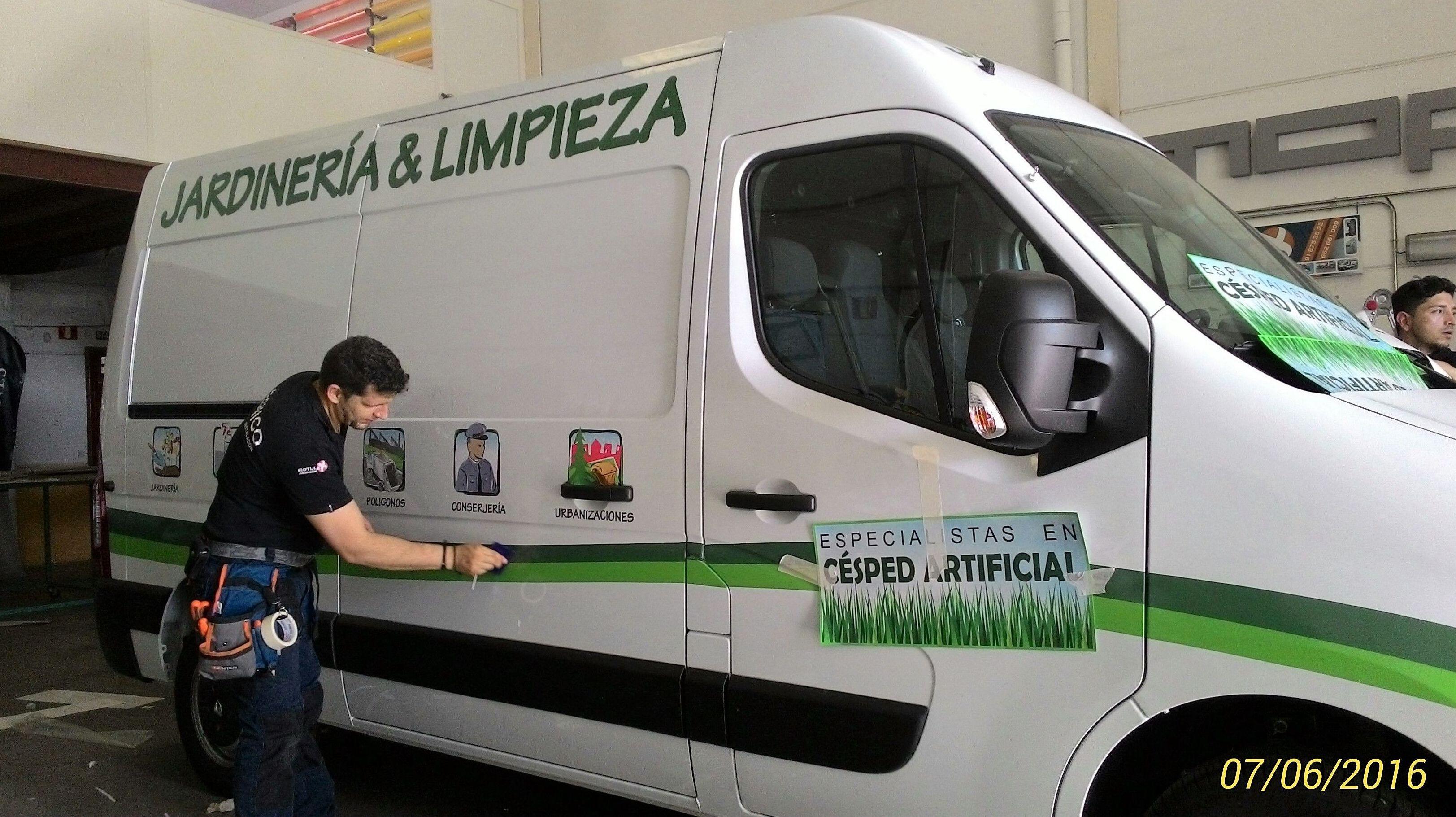 Rotulación de furgoneta para la Empresa Jardinería Reglen 2001, especialistas en Césped Artificial, ubicado en Valdemoro Madrid.