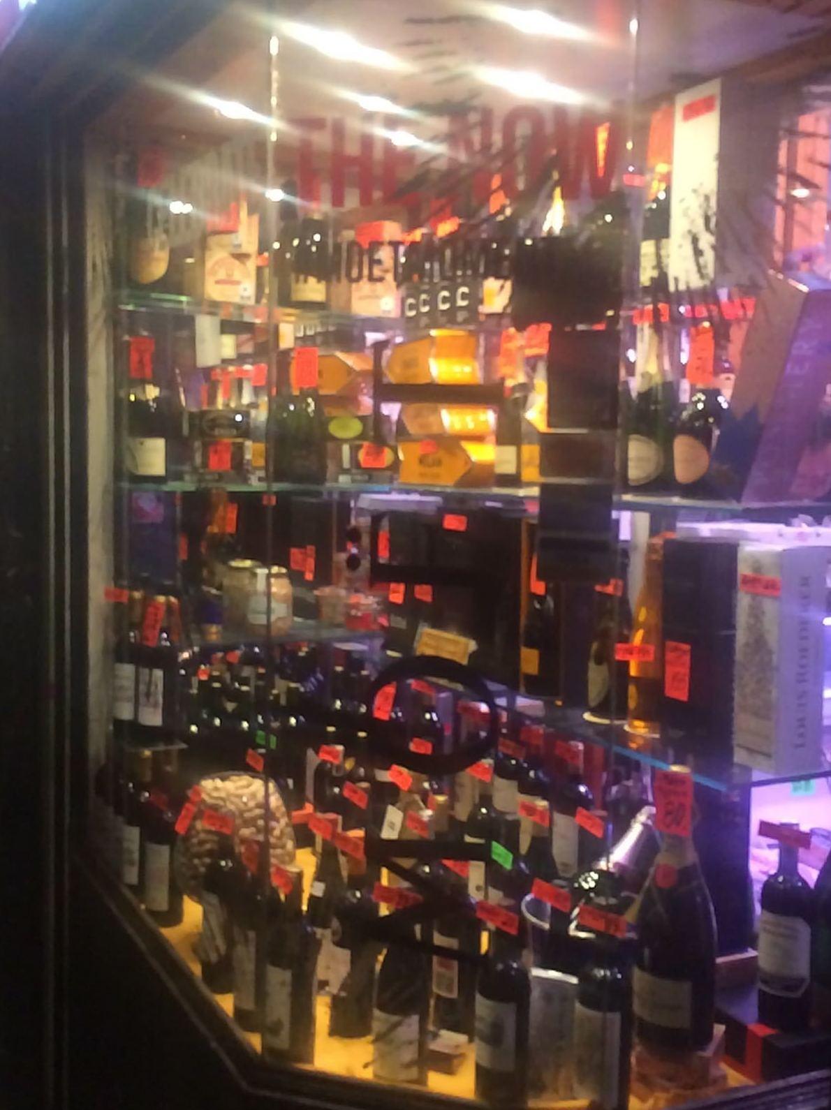 Una pequeña decoración con vinilo para Moët & Chandon, esta vez nuestros técnicos han ido hasta Burgos para decorar otras tiendas de champagne moët navidad 2016.